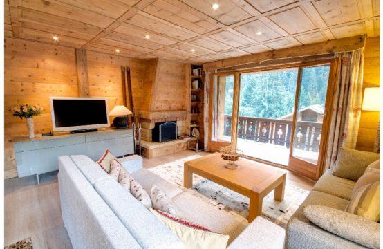 Entièrement rénové avec intérieur en bois ancien