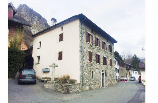 Belle façade en pierre et magnifique carnotzet