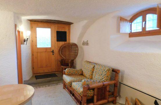Logement rénové avec plafond voûté.